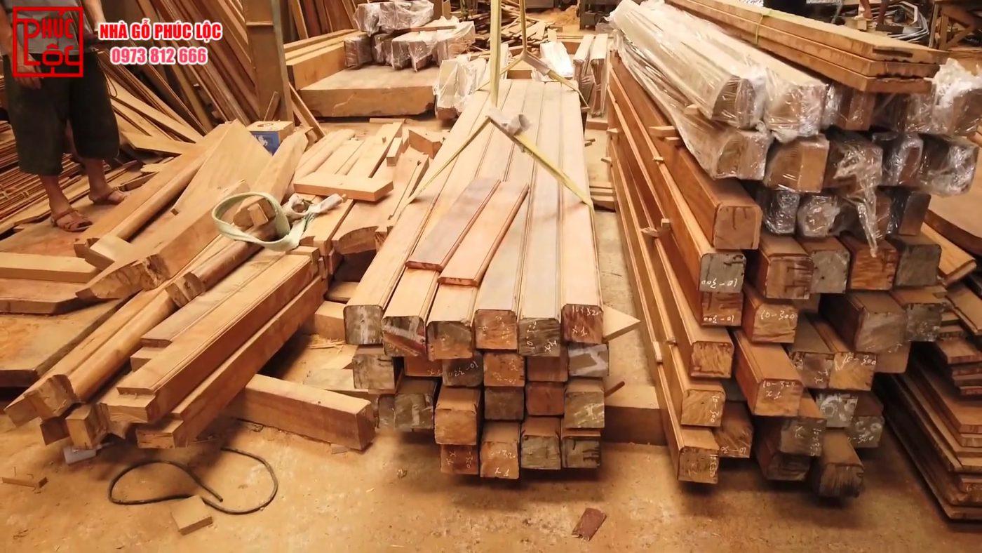 Các cấu kiện nhà gỗ trước đó được bọc nilon cẩn thận