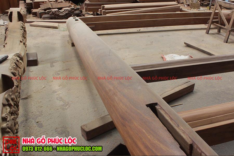 Cột gỗ được đục chạm các mộng để lắp dựng