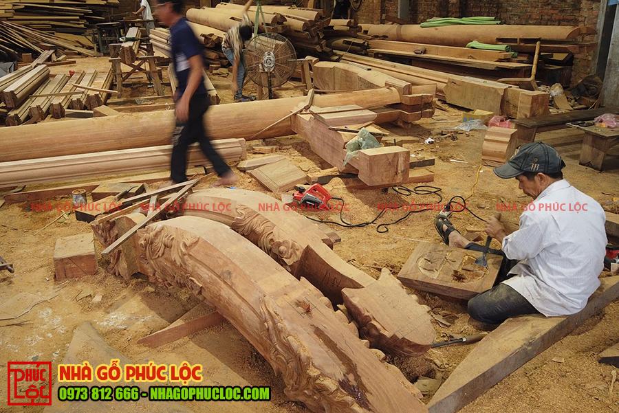 Hình ảnh người thợ đang chạm khắc thô bằng đục các cấu kiện