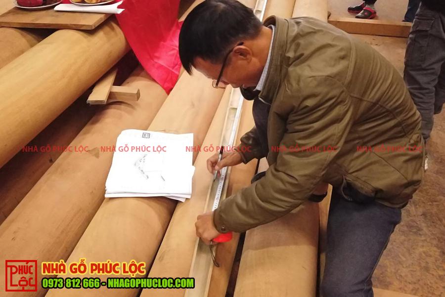 Công đoạn bật mực trên sào của bác thợ cả làm nhà gỗ