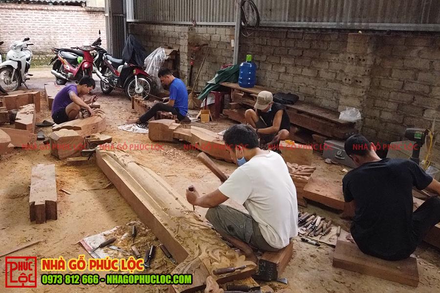 Toàn cảnh đục chạm của đội thợ nhà gỗ