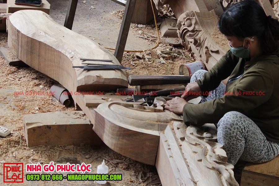 Người thợ đánh giấy giáp cho sản phẩm