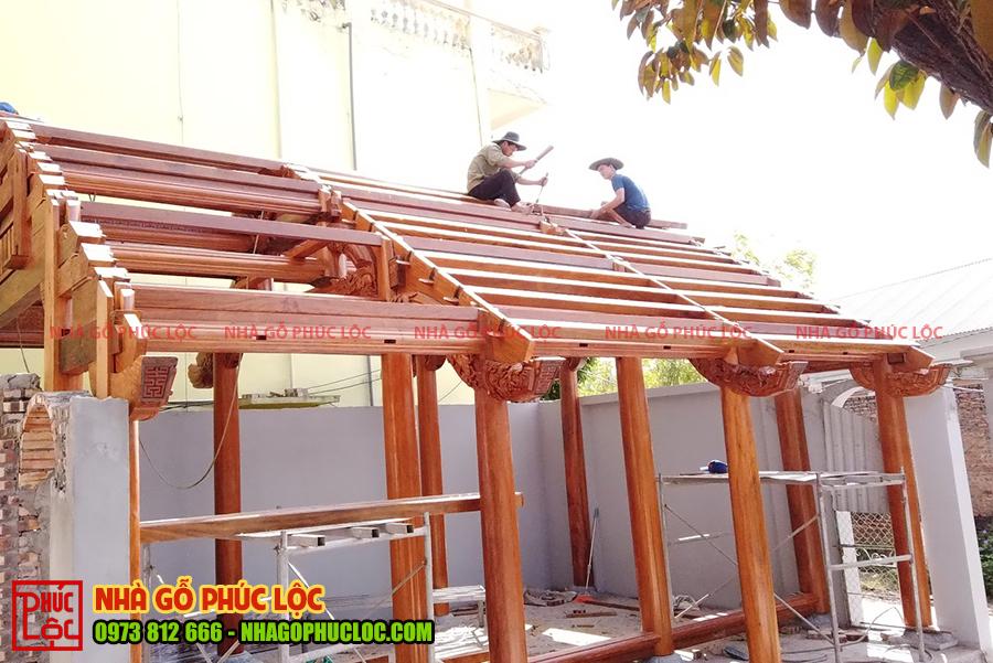 Phần nóc nhà được các bác thợ gia công đảm bảo chắc chắn