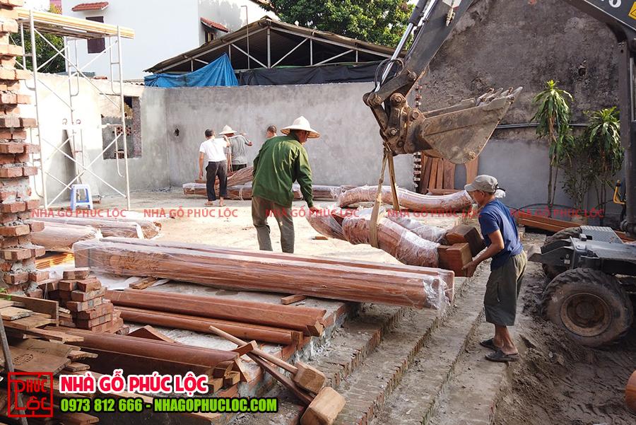 Hình ảnh những cấu kiện nhà gỗ lim 3 gian được chuyển đến địa điểm lắp dựng