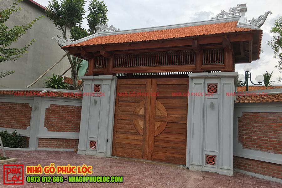 Phần cổng nhà gỗ đã được hoàn thiện