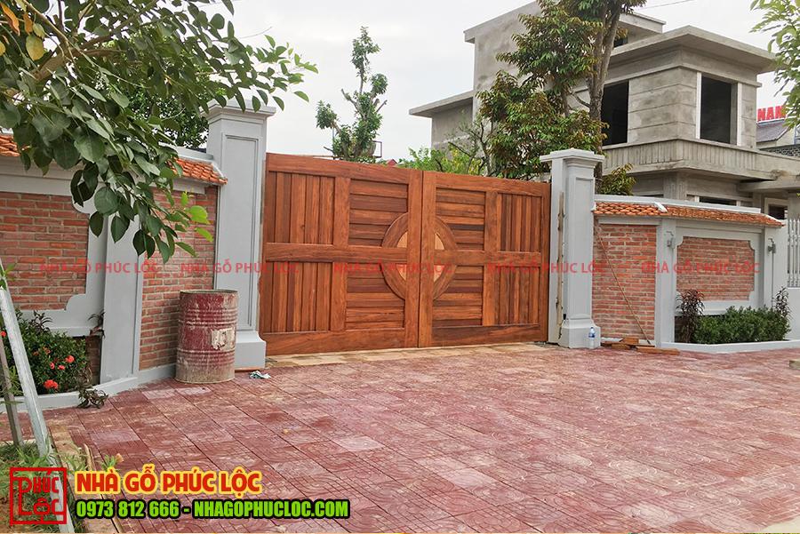 Phần cánh cổng được hoàn thiện