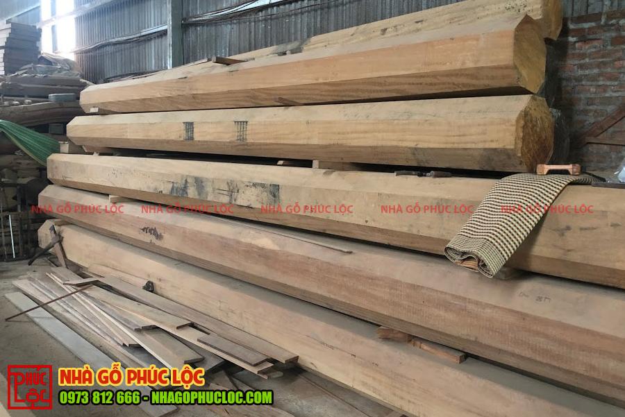 Các cây gỗ lim được chuẩn bị để làm nhà gỗ 5 gian