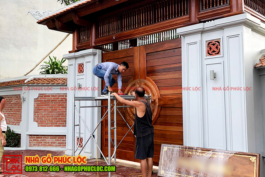 Thi công phần mái cổng của nhà gỗ sân vườn