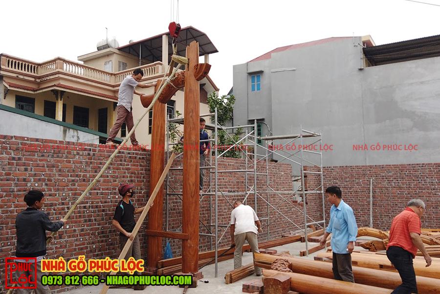 Các cột con và cột hậu được lắp dựng đầu tiên