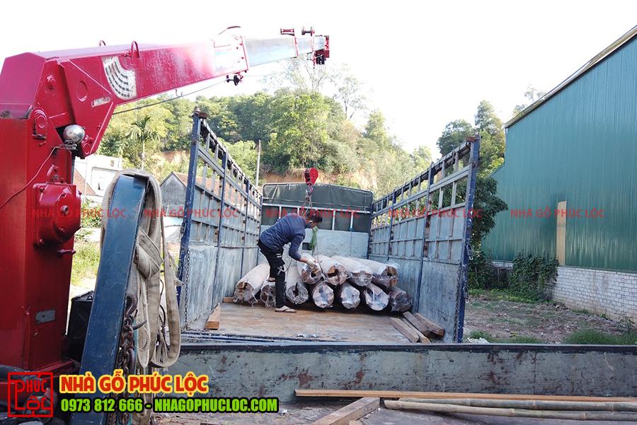 Sử dụng máy cẩu để vận chuyển lên xe tải