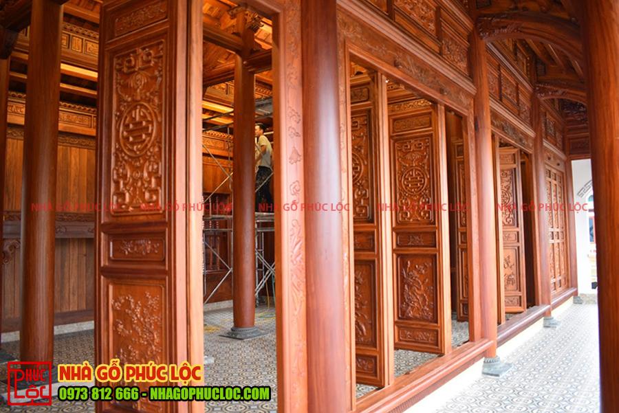 Phần cửa bức bàn của ngôi nhà gỗ lim 5 gian