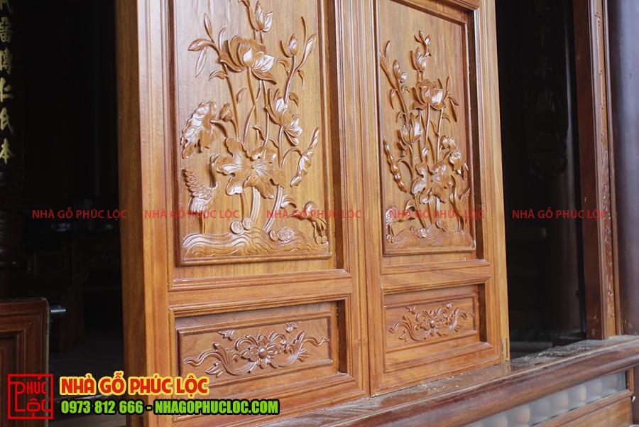 Họa tiết hoa sen trên cửa bức bàn nhà gỗ cổ truyền
