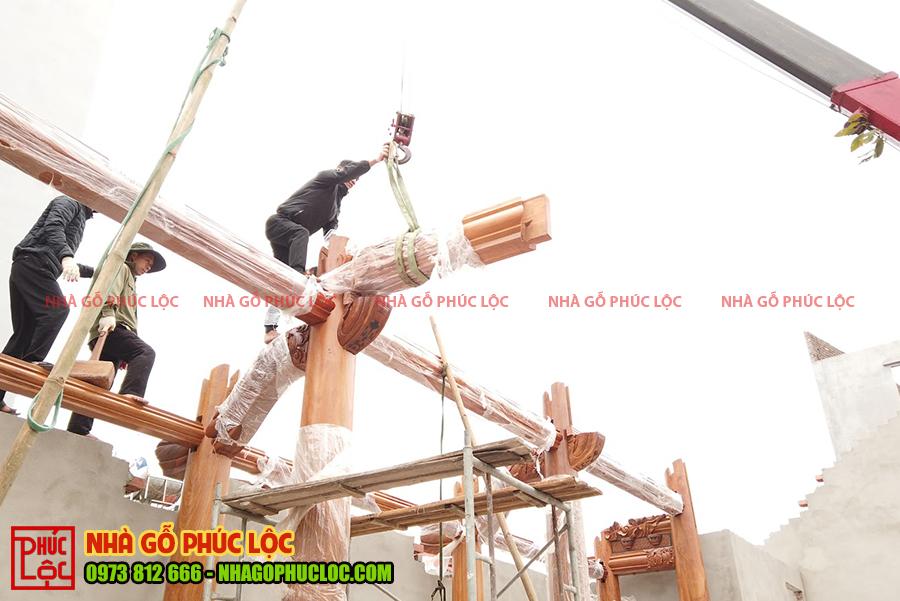 Máy cẩu hỗ trợ lắp dựng các cấu kiện bên trên