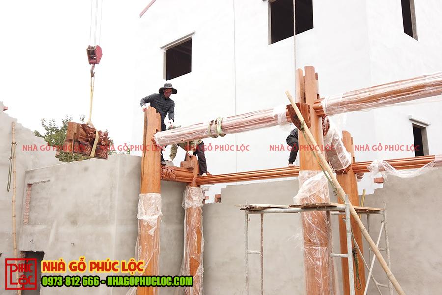 Lắp dựng đồng thời các xà ngang trên cột nhà