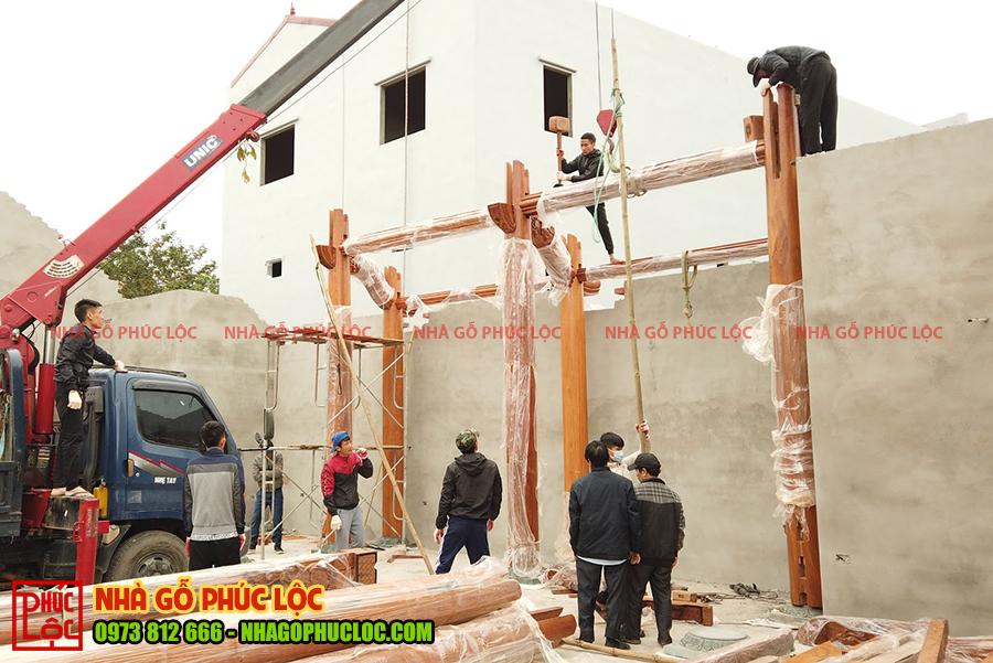 Hình ảnh lắp dựng các cột nhà đầu tiên