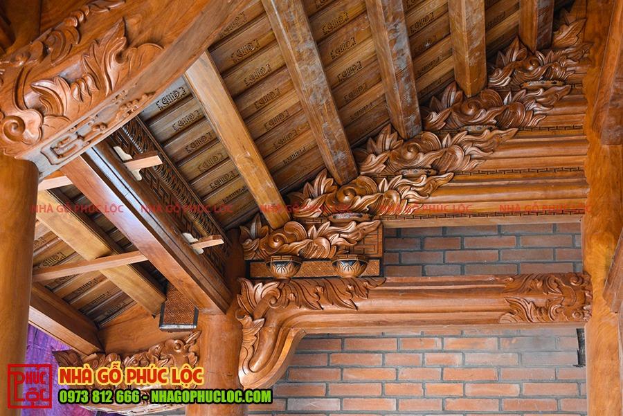 Phần con rường của nhà gỗ cổ truyền sau khi được lợp ngói