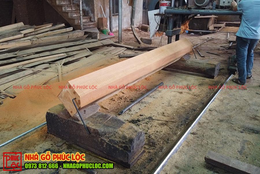 Cột gỗ được xẻ lục lăng