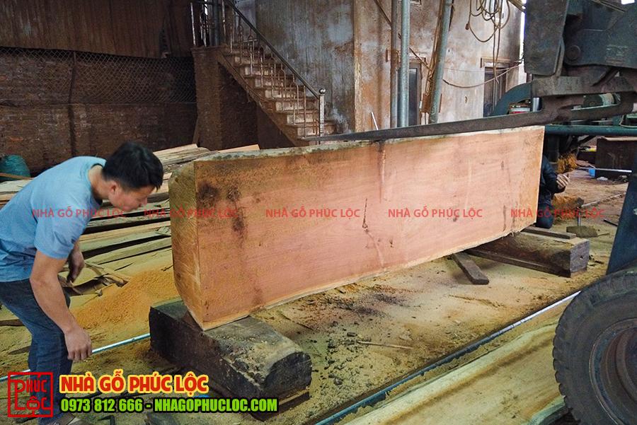 Cột gỗ được xẻ đôi để làm nhà gỗ cổ truyền