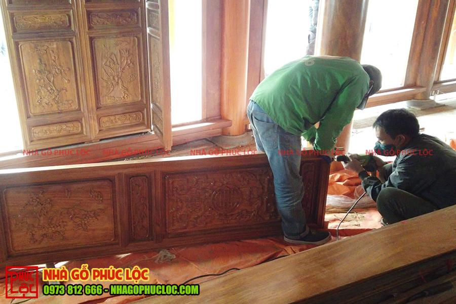 Người thợ khoan lỗ cho cánh cửa bức bàn