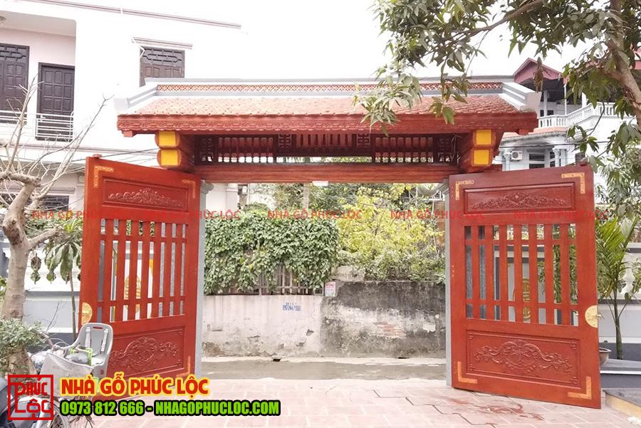 Phần cổng của nhà gỗ cổ truyền