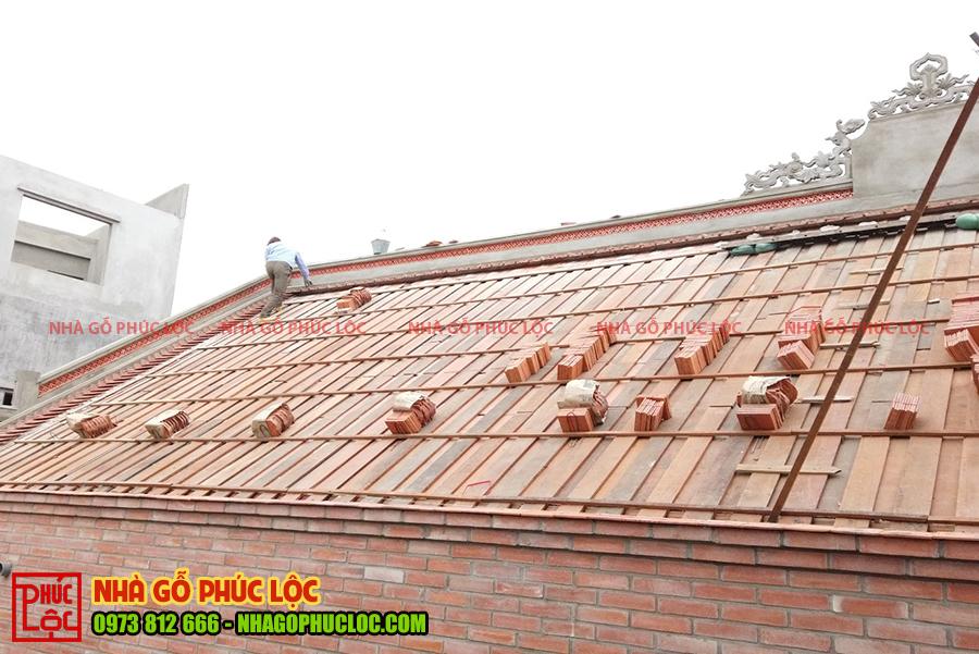 Phần mái đang được chuẩn bị cho phần lợp ngói