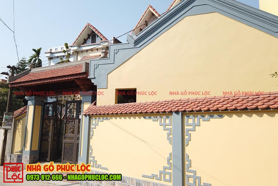 Phần tường bao quanh căn nhà gỗ