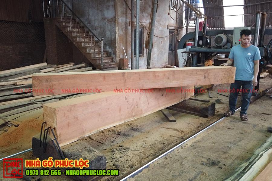 Các cột gỗ sẽ được tiến hành xẻ thành cột vuông