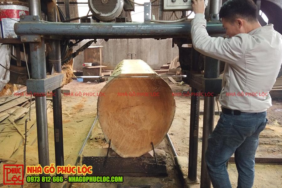 Các cột gỗ tiến hành bắt đầu cưa xẻ rác gỗ