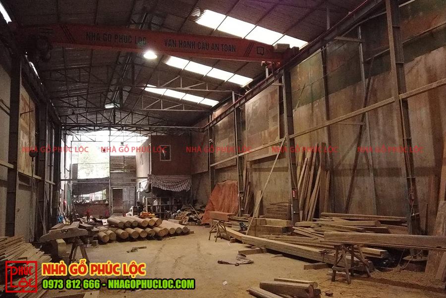 Hình ảnh tổng thể của xưởng nhà gỗ Phúc Lộc với quy mô lớn