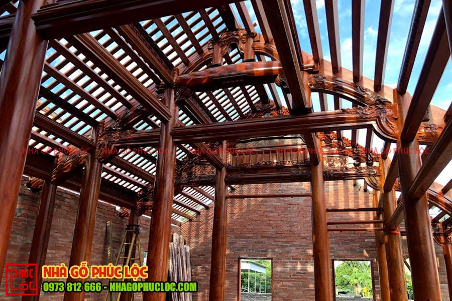 Phần khung mái của ngôi nhà gỗ
