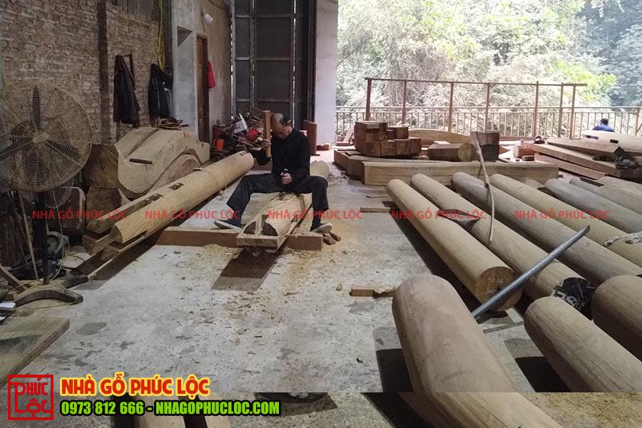 Hình ảnh người thợ đang gia công nhà gỗ tại xưởng