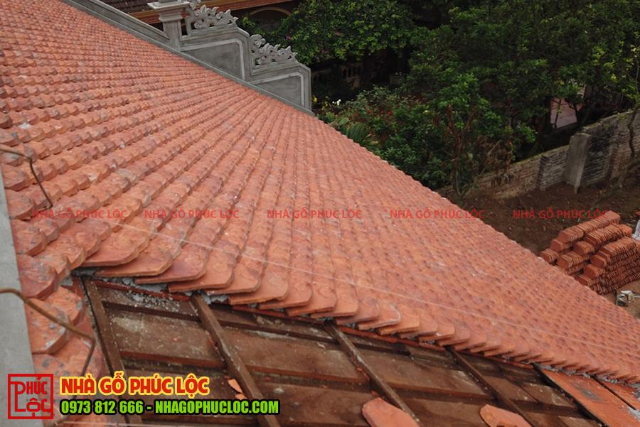Phần mái ngói của nhà gỗ cổ truyền khi được lợp xong