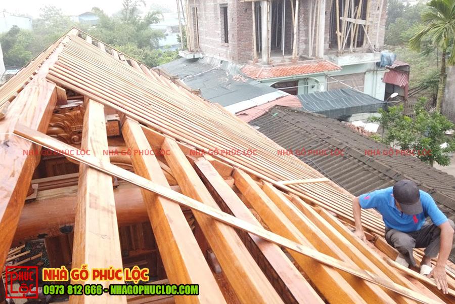 Người thợ sẽ cố định phần bên dưới mép nhà gỗ trước