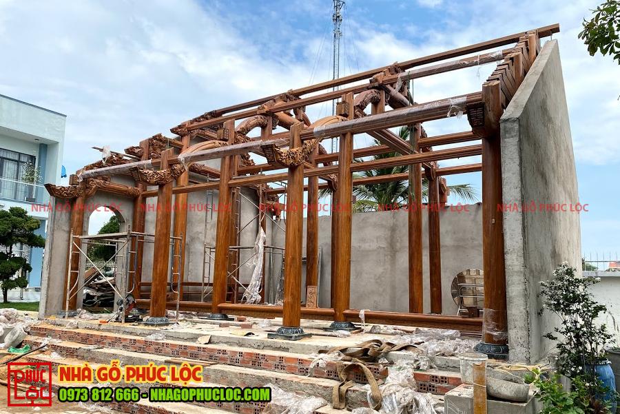 Căn nhà gỗ 3 gian cổ truyền sau khi lắp dựng xong phần khung