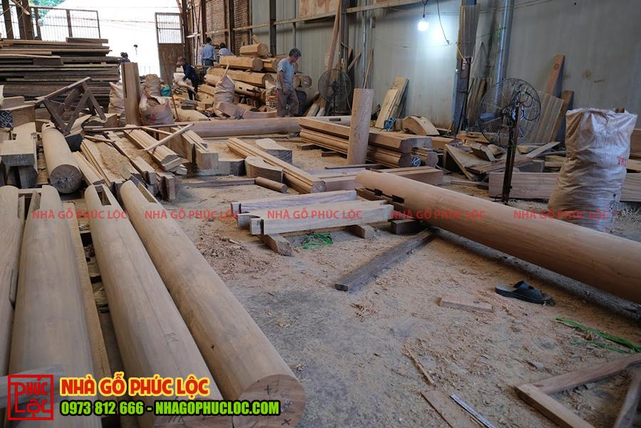 Bên trong xưởng nhà gỗ đang thực hiện xàm đóng