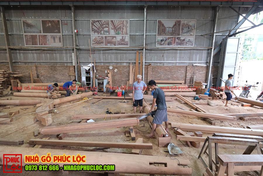 Toàn cảnh xưởng nhà gỗ đang trong quá trình xàm đóng