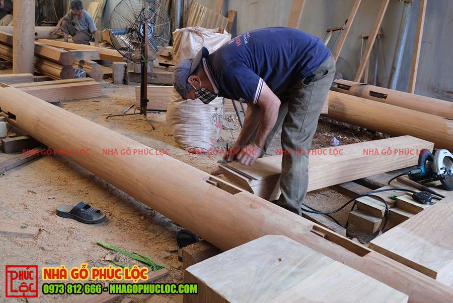 Người thợ thực hiện xàm đóng nhà gỗ