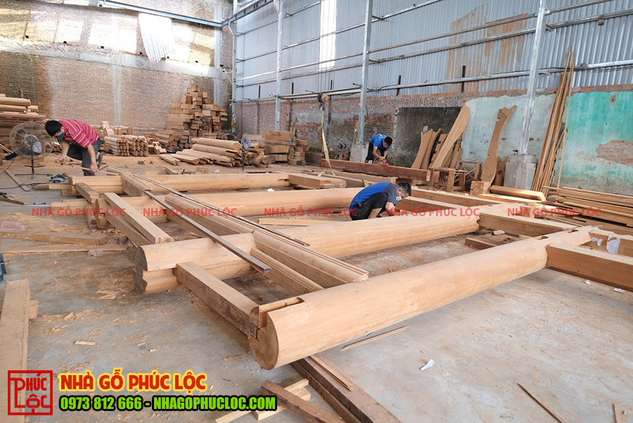 Cấu kiện cột gỗ xà nhà được lắp dựng với nhau