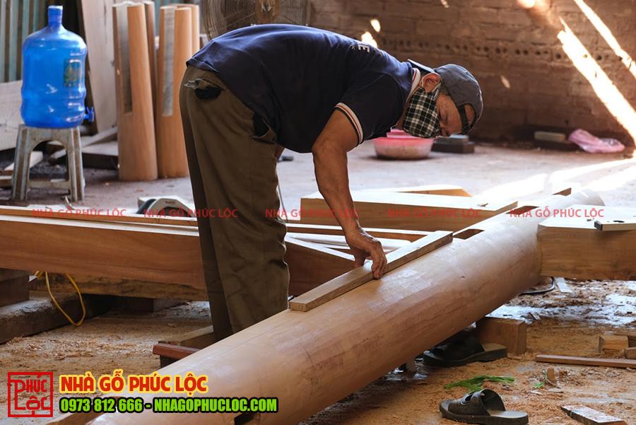 Người thợ đo đạc lại kích thước các cấu kiện