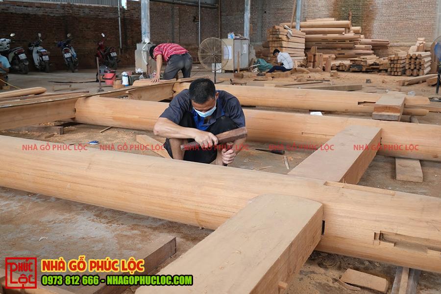 Hình ảnh thợ xàm đóng nhà gỗ gõ đỏ 3 gian