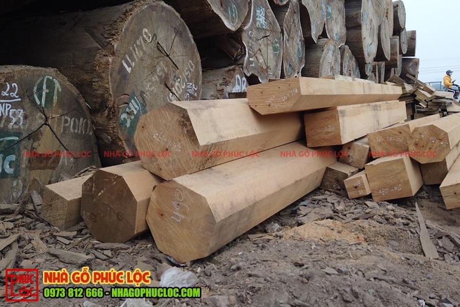 Cột gỗ gõ đỏ được cưa xẻ thành các cột nhỏ