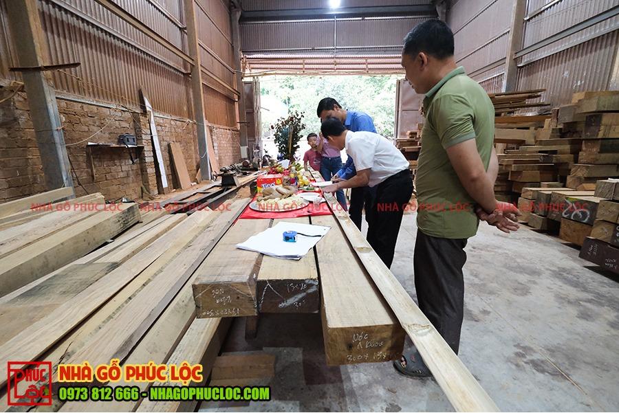 Gia chủ kí tên lên sào tre trong lễ phạt mộc nhà gỗ