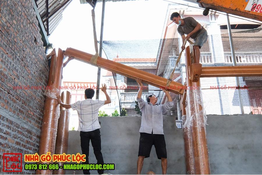 Các thanh xà được lắp dựng trên các cột gỗ