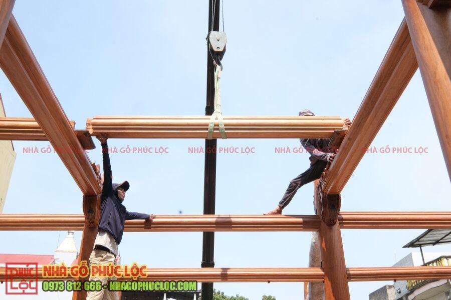 Lắp dựng cấu kiện xà của nhà gỗ lim lào 5 gian