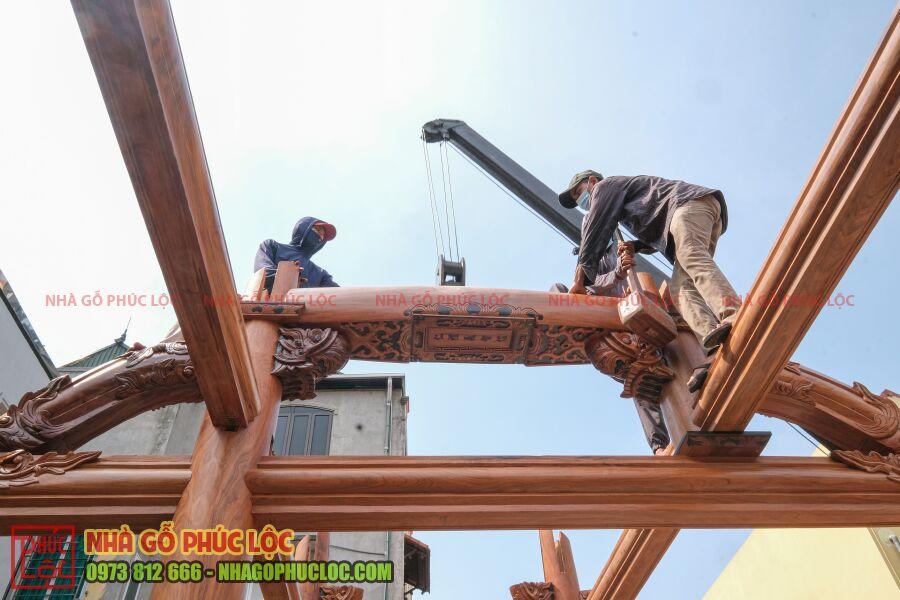 Phần câu đầu của nhà gỗ được lắp dựng