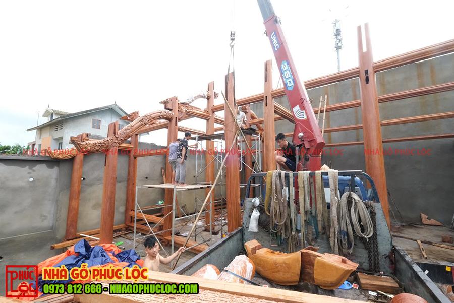 Quá trình lắp dựng nhà gỗ lim 5 gian bắt đầu từ những cột gỗ