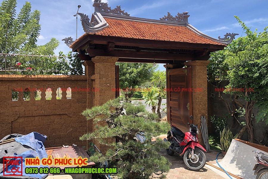 Cánh cổng 4 mái với 2 trụ làm từ chất liệu đá ong