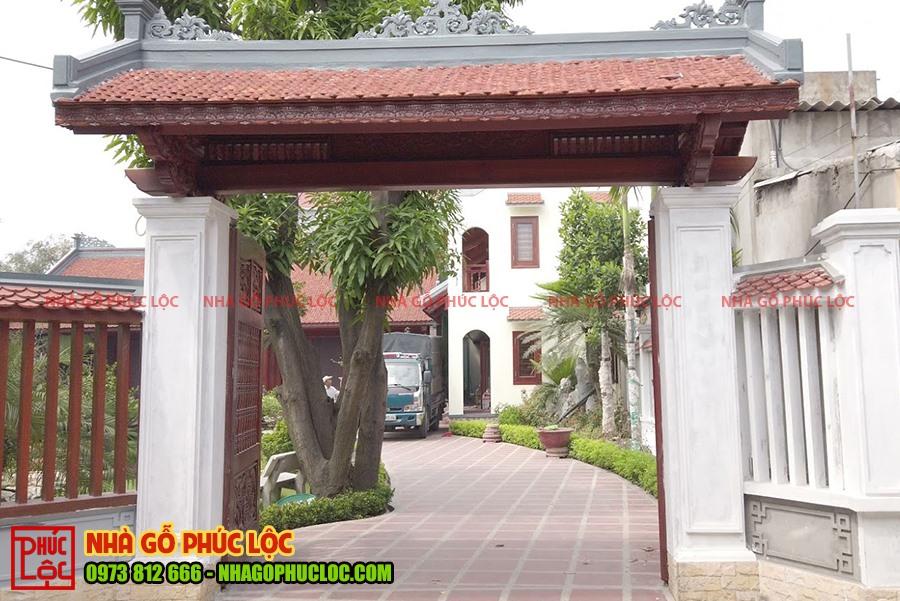 Cánh cổng nhà gỗ với phần mái đồ sộ