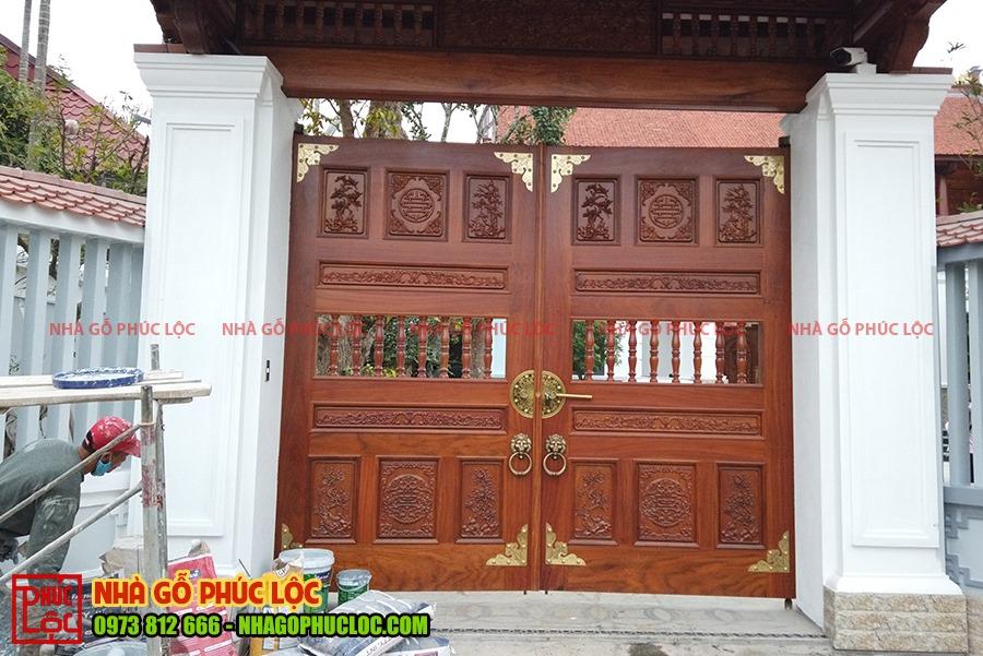 Cổng nhà gỗ được đục chạm hoa văn cầu kỳ