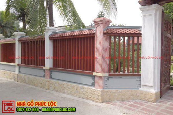Tường rào mái ngói với khung song được bê tông sơn giả gỗ